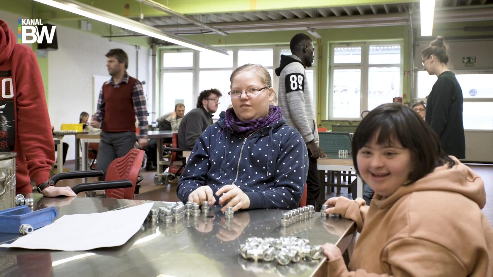 Menschen mit Behinderung arbeiten im Metallbereiche der Bonner Werkstätten